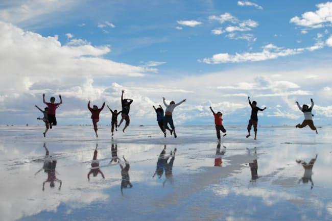 ウユニ塩湖で楽しむトリッピース参加者