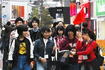 「キャットストリート」を散策する女子高生ら(東京都渋谷区)