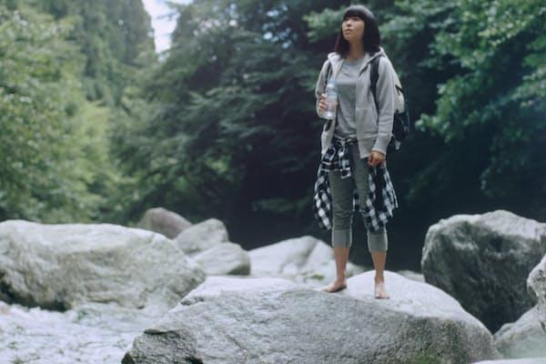 南アルプスの渓谷で清流にたどり着いた宇多田ヒカルは、はだしで岩に立ち、流れ落ちる滝を見つめる