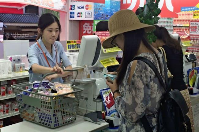 訪日客消費は高額品から低価格な医薬品や化粧品にシフトしている(大阪市のツルハドラッグ道頓堀中央店)