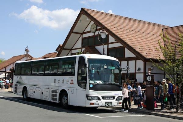 富士五湖周辺はバス旅行客でにぎわう(山梨県富士河口湖町の河口湖駅)