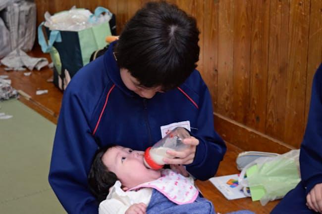 乳幼児と接し、子育ての楽しさと難しさを学ぶ中学生(11月2日、千葉県市川市)
