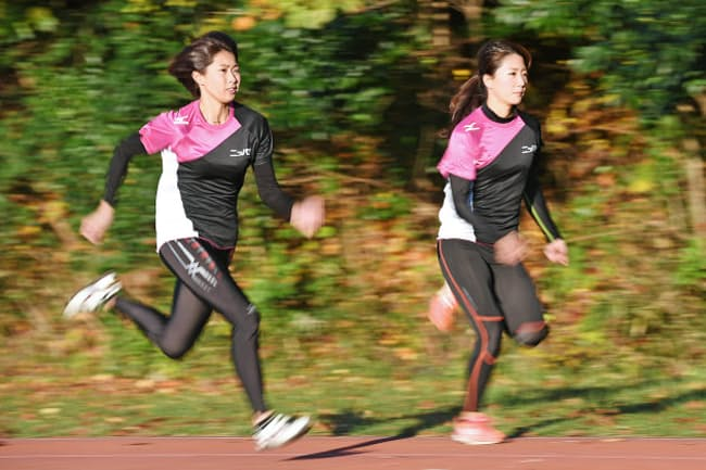 練習する宮坂楓選手(左)と平加有梨奈選手(横浜市保土ケ谷区)