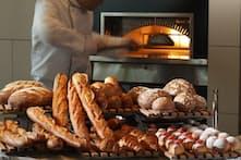 パン工房から運ばれるパンを大きな窯で温め直してくれる(パレスホテル東京提供)