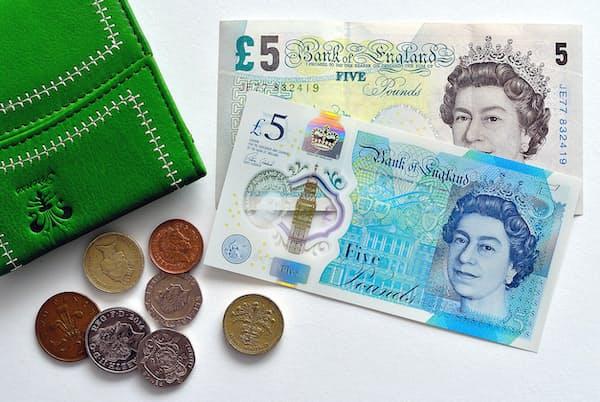 5ポンド紙幣。手前はプラスチック製の新タイプ PIXTA