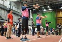 バランステストを受ける参加者(11月19日、東京都北区の国立スポーツ科学センター)