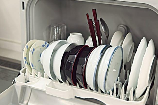 プチ食洗 NP-TCR3(パナソニック)=税込み実勢価格4万5970円。3人サイズの小型食洗機で、両親だけで使うなら容量は十分。ボタンが少なく、操作はシンプルでわかりやすい