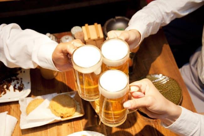飲み会を最後まで楽しむために重要なのが、飲み会の最初に何を食べるかだ。(c)PaylessImages-123rf