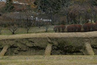 山中城跡には要所要所に「障子堀」や「畝堀」と呼ばれる土を穴状に掘り下げ、敵の侵入を防ぐ仕掛けが無数にある