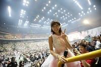 16年8月にさいたまスーパーアリーナで開催された「AKB48シングル選抜総選挙第一党感謝祭2016」での渡辺麻友。「推しメン席」を初めて導入し、目前でパフォーマンスするメンバーを自由に撮影できる時間が設けられた(C)AKS