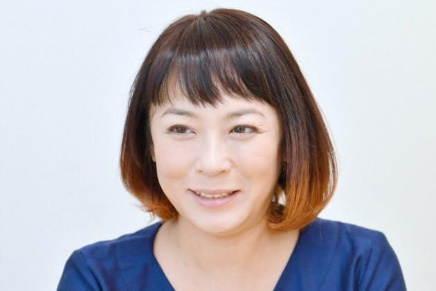 微笑する佐藤仁美さん