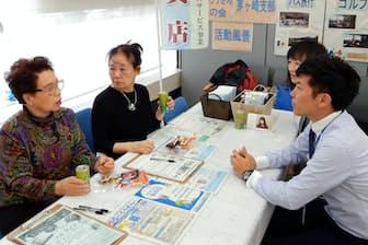 お茶とお菓子でおしゃべりを楽しむ(神奈川県茅ケ崎市の中央労働金庫茅ケ崎支店)