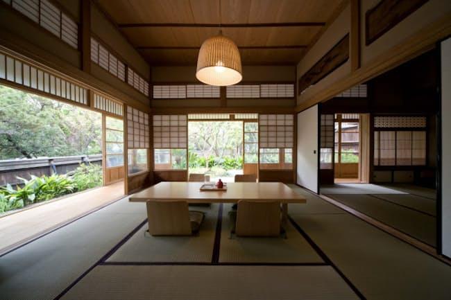 広い縁側がある葉山の「Nowhere but Hayama」。ウエディング利用の際にも、自分の家のようにここに座ってくつろぐ人が多いという  (c) Chiaki Yasukawa