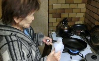 ガスコンロを使うときは着衣のそでに着火する危険に注意する必要がある