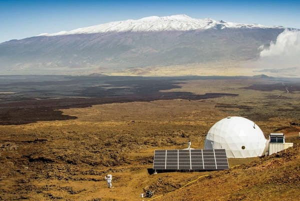 ハワイのマウナロア山にあるHI-SEASプロジェクトの施設。太陽光発電を利用したこのドームで、火星を想定した生活を送る。(Neil Scheibelhut/HI-SEAS, University of Hawaii)
