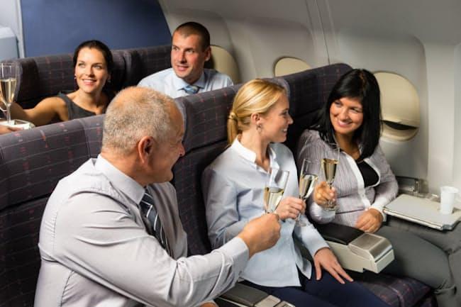 一般に、飛行機での飲酒というと「酔いが早いから気を付けよう」と言われるくらいだが、実はもっと怖いことが…(c)Jean-Marie Guyon -123rf