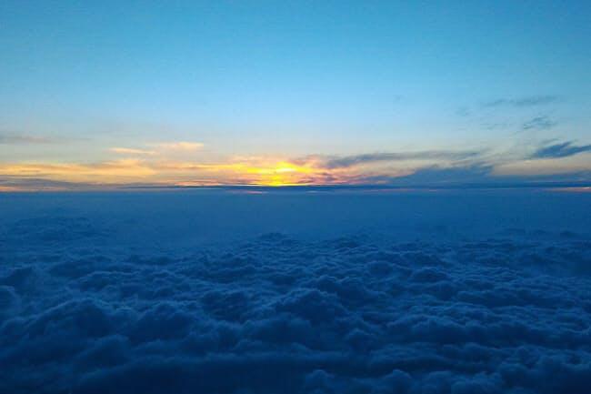 富士山頂から望むご来光(写真:japan-guide.com)