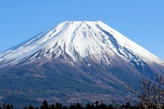 冠雪した富士山も美しい(写真、渡辺智哉)