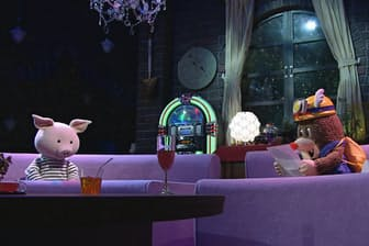 トークは先に収録。その日のゲストの服装に合わせ、人形の服をわざわざ作る。人形を操るスタッフも収録を見て、ゲストの動作に似せた自然な動きを人形につけている。