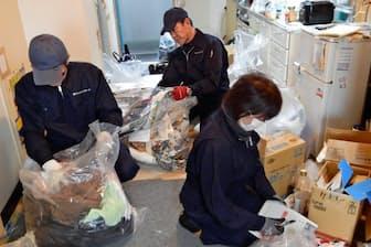 2トントラック2.5台分の遺品を整理する作業員(埼玉県三郷市)