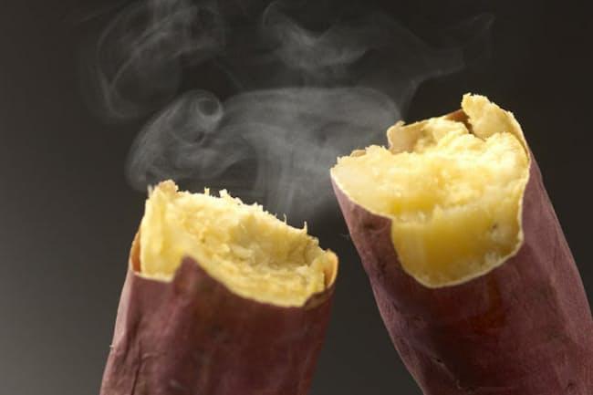 同じ糖質量なら、砂糖がたっぷりの菓子よりも、おにぎりや焼き芋のほうが太りにくく、生活習慣病になりにくい(c)PaylessImages-123rf