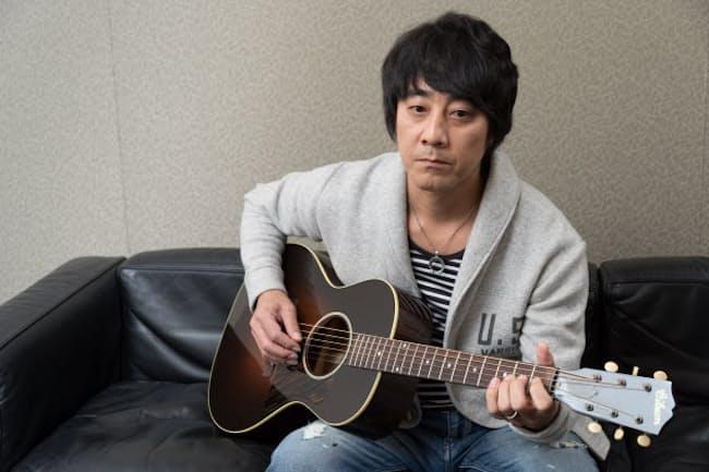 約3年ぶりとなるニューアルバム「LIFE」を発表した山崎まさよしさん。「ピアノを弾くときは、それに集中するけど、ギターはなじんでいるから自然と手癖みたいに持てば指が動く」
