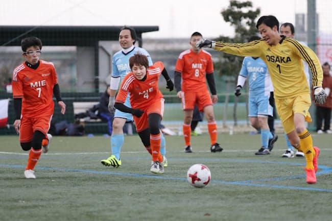 知的障害がある「アスリート」と知的障害がない「パートナー」が一緒に戦うユニファイドサッカー(2016年12月17日、堺市)