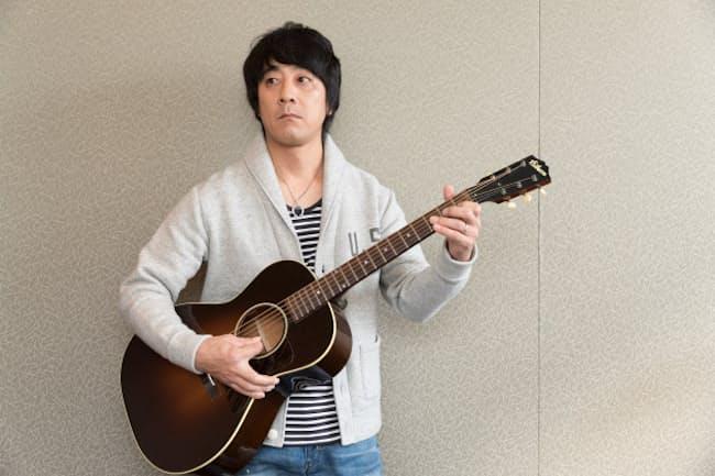 シンガーソングライターの山崎まさよしさん。趣味のDIYを始めたのもギターが関係していました