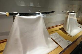 日本全国から集められた日本刀が並ぶ