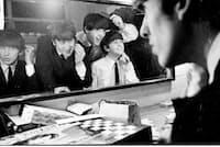 1963年秋、イギリスのコベントリー・シアター楽屋で。映画『ザ・ビートルズ EIGHT DAYS A WEEK - The Touring Years』から (c)Apple Corps Limited. All Rights Reserved.