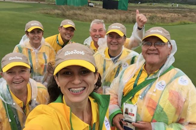 リオのゴルフ会場でボランティア仲間と記念撮影する竹澤さん(後列左)。7人のメンバーのうち竹澤さんを含め5人がブラジル以外からの応援組