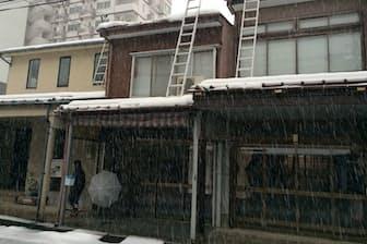 雪よけの雁木は高さがまちまちなのが面白い(新潟県上越市)