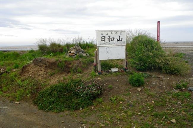 復興を願うケルンが積まれる日和山(仙台市)