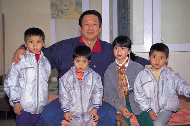 杉良太郎さんとベトナムの里子たち(1989年撮影)