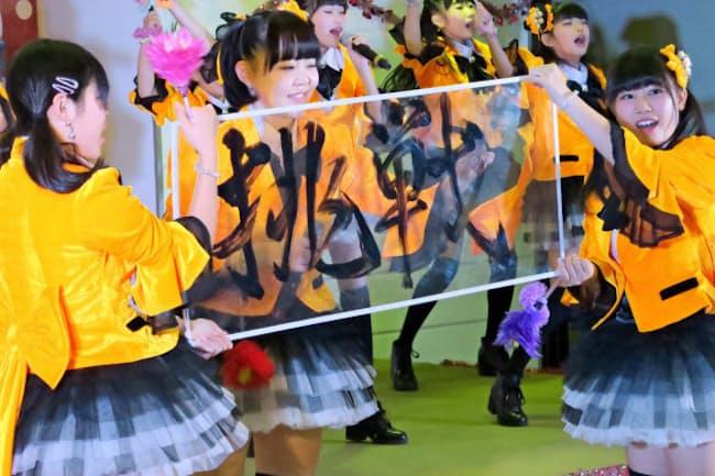 左手で見事に「挑戦」と書き上げるMenkoiガールズのリーダー、ユウキさん