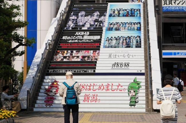 昨年6月、新潟市で開かれた「総選挙」に際して、階段の蹴上がりがAKB48関連の情報で埋め尽くされた(写真、武藤邦雄)