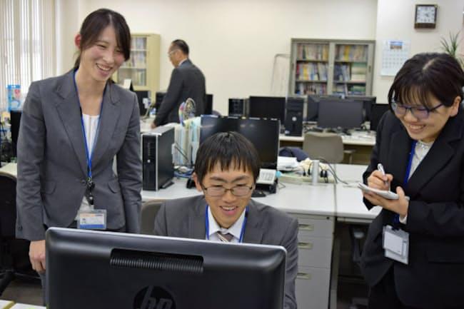 千葉県木更津市のイーエスケイで働く若者たち(左端が中島さん、右端が河野さん)