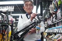 「三脚の神」こと、ヨドバシカメラ新宿西口本店の森泰生さん。三脚を仕事にして40年以上。同僚からも「三脚の神」や「三脚先生」と呼ばれ慕われている