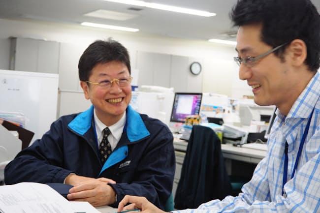 40歳年下の同僚と席を並べて働くサトーグリーンエンジニアリングの山室博巳さん(左、東京都目黒区)