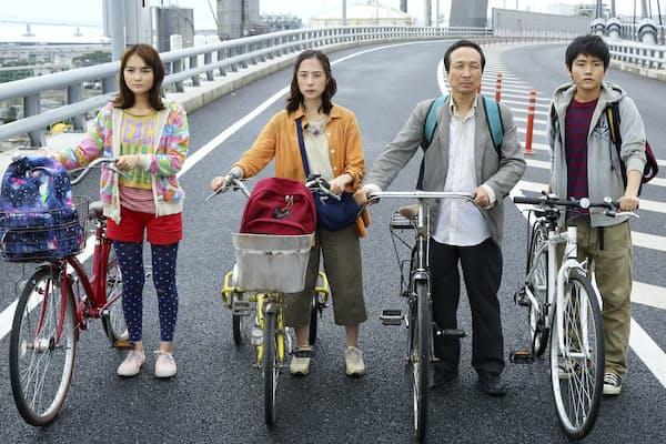 映画「サバイバルファミリー」で主人公の鈴木一家は電気が使えなくなった東京を離れ自転車で九州を目指す。矢口監督は実際に同じコースを車で移動してみたという (c)2017フジテレビジョン 東宝 電通 アルタミラピクチャーズ