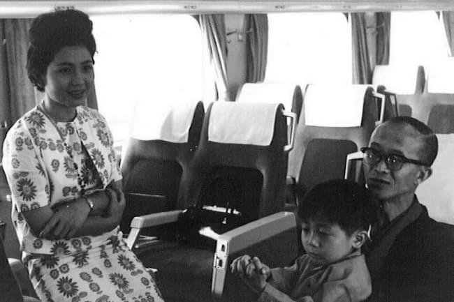 父の丘灯至夫、母のノブヨと筆者(1964年ごろ)