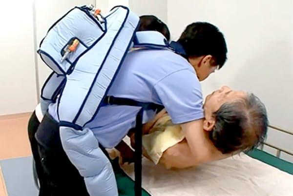 イノフィスのマッスルスーツは、背中に装着する本体に内蔵された人工筋肉が力仕事を軽減する