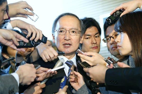 記者団の取材に応じる、一時帰国した長嶺安政駐韓大使=1月10日午前、首相官邸