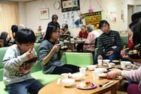 お年寄りと同じ部屋でごはんを食べる子どもたち(東京都町田市の清風園)