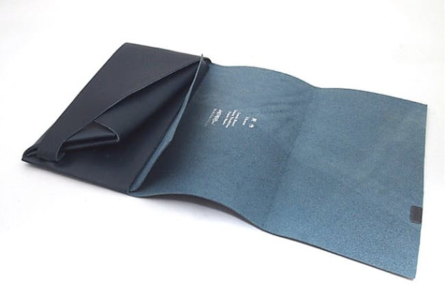 6d430fe2a830 長財布は、カバンに入れて使うことが多い。そうでなくてもスーツの胸ポケットや、チェーンを付けて尻ポケットに入れるなど、比較的広い場所に入れて持ち歩く。