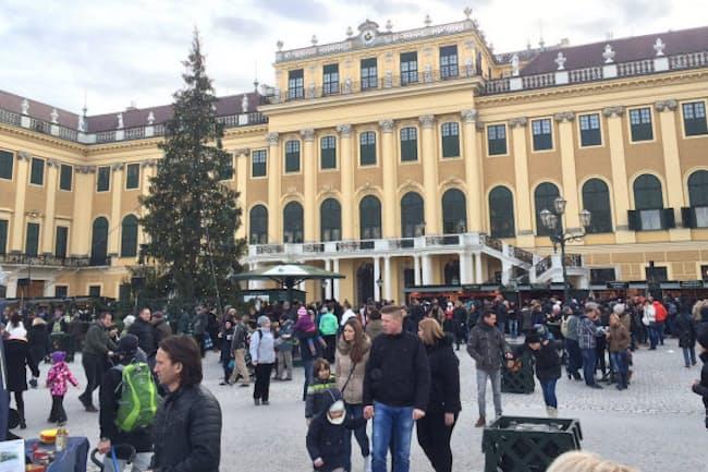 「ウィーン・シェーブルン宮殿の会場ではハプスブルク家の威光を感じながらグリューワインを楽しめる」