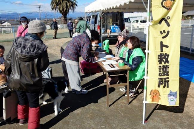 ペットとの同行避難訓練。参加者は受付係と被災者に分かれて体験(静岡県富士市)