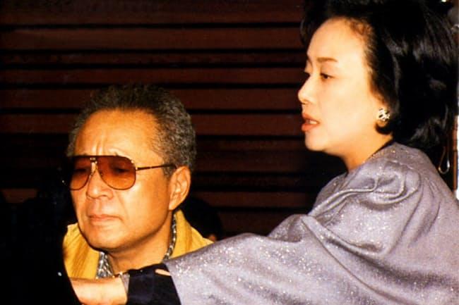 美空ひばりさん(右)と「みだれ髪」のレコーディングに臨む船村徹さん(1987年)