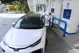 水素を充填するトヨタ自動車の燃料電池車「ミライ」(東京都港区のイワタニ水素ステーション芝公園)