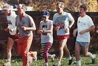 ホワイトハウス時代、ブッシュ(父)大統領(左から2人目)とジョギングするデマレスト氏(一番右)